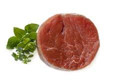 Rohes Rindfleisch-Steak mit den Kräutern lokalisiert Stockbilder