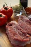 Rohes Rindfleischfleisch auf einem hölzernen Hintergrund Lizenzfreie Stockbilder