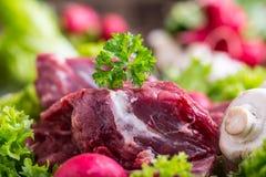 Rohes Rindfleischfleisch mit Frischgemüse Geschnittenes Rindfleischsteak in den Kopfsalatsalatrettichen und -pilzen Stockbilder