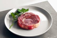 Rohes Rindfleischsteak auf Platte stockfotos