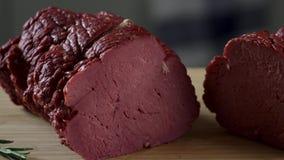 Rohes Rindfleischsteak schnitt auf ein hölzernes Brett szene Stück des Schinkens auf einem hölzernen Brett Heißes geschnittenes R stock video
