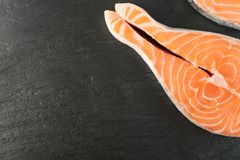 Rohes Rosa Salmon Steak, rote Fisch-, Kumpel-oder Forellen-Leiste auf Stein lizenzfreie stockfotografie