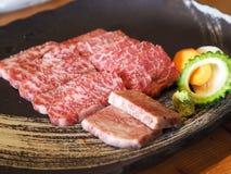 Rohes rotes Rindfleisch auf einer japanischen traditionellen Platte mit Veggie für terriyaki stockfotografie
