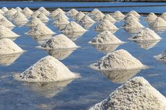 Rohes Salz oder Stapel des Salzes vom Meerwasser in der Verdampfung; Teiche an lizenzfreie stockbilder