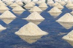 Rohes Salz oder Stapel des Salzes vom Meerwasser in der Verdampfung; Teiche an stockfotografie