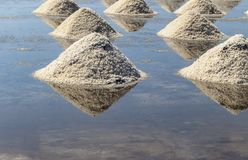 Rohes Salz oder Stapel des Salzes vom Meerwasser in der Verdampfung; Teiche an stockbild