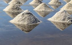 Rohes Salz oder Stapel des Salzes vom Meerwasser in der Verdampfung; Teiche an stockfotos