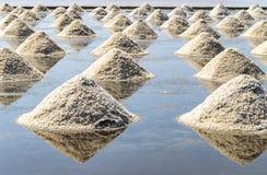Rohes Salz oder Stapel des Salzes vom Meerwasser in der Verdampfung; Teiche an lizenzfreie stockfotografie