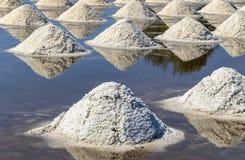 Rohes Salz oder Stapel des Salzes vom Meerwasser in der Verdampfung; Teiche an stockbilder