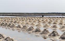 Rohes Salz oder Stapel des Salzes vom Meerwasser in der Verdampfung; Teiche an stockfoto