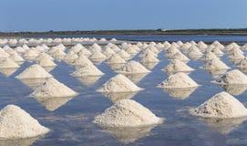 Rohes Salz oder Stapel des Salzes vom Meerwasser in der Verdampfung; Teiche an lizenzfreies stockbild