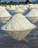 Rohes Salz oder Stapel des Salzes vom Meerwasser in der Verdampfung; Teiche bei Phetchaburi, Thailand lizenzfreie stockfotos