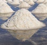 Rohes Salz oder Stapel des Salzes vom Meerwasser in der Verdampfung; Teiche an Phetchaburi-Provinz lizenzfreie stockfotos