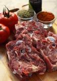 Rohes Schienbeinfleisch auf einem hölzernen Hintergrund Stockfoto