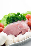 Rohes Schweinefleisch auf der Platte Lizenzfreie Stockfotografie