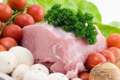 Rohes Schweinefleisch auf der Platte Stockfoto