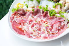 Rohes Schweinefleisch der Frische auf weißem Teller Stockbild