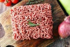 Rohes Schweinefleisch und Hackfleisch und Gemüse des Rindfleisches Stockfotografie