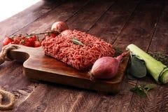 Rohes Schweinefleisch und Hackfleisch und Gemüse des Rindfleisches Lizenzfreies Stockbild