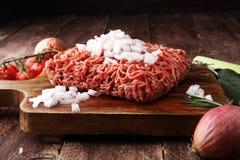 Rohes Schweinefleisch und Hackfleisch und Gemüse des Rindfleisches Lizenzfreie Stockbilder