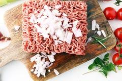 Rohes Schweinefleisch und Hackfleisch und Gemüse des Rindfleisches Stockbilder