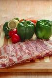 Rohes Schweinefleischrippchen und -gemüse Stockfotos