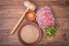 Rohes Schweinefleischschnitzel mit den Bestandteilen Lizenzfreie Stockfotos