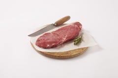 Rohes Steak auf hölzernem Vorstand lizenzfreie stockfotografie