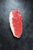 Rohes Steak auf Schiefer-Hintergrund Stockfotografie