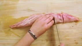 Rohes Steak des zarten Lendenstücks auf dem hölzernen Schreibtisch stock video