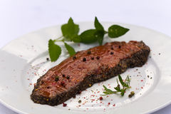 Rohes Steak, mariniert, mit Minze Lizenzfreie Stockfotografie