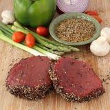 Rohes Steak mit Gewürzen und Gemüse Lizenzfreie Stockbilder