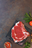 Rohes Steak und Gewürze Frischfleisch Ribeye stockfotografie