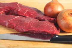 Rohes Steak und Zwiebeln Stockfotografie