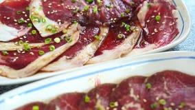 Rohes wagyu Rindfleisch mariniert in der Platte bereit zum asiatischen Artgrill, yakiniku stock video footage