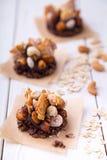 Rohes Weizengranola und nuts healty Snäcke mit Kakaobananencreme lizenzfreies stockbild