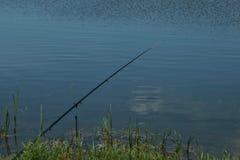 Rohi su un baccello della barretta con i swinger hanno attaccato pronto a pescare un certo pesce Immagini Stock Libere da Diritti