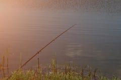 Rohi su un baccello della barretta con i swinger hanno attaccato pronto a pescare un certo pesce Fotografia Stock Libera da Diritti