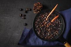 Rohkaffee gebraten in einer Wanne lizenzfreies stockbild
