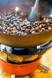 Rohkaffeebohnen in der Messingwanne Stockfoto
