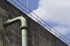 Rohr, das aus eine Betonmauer herauskommt Stockbilder