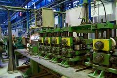 Rohr, das Maschine bei der Arbeit herstellt Lizenzfreies Stockbild