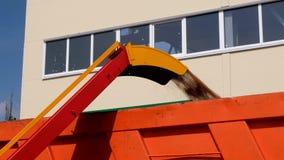 Rohr der Arbeitskornreinigerwerfer-Ladermaschine stock video footage