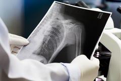 Rohr des Urinprobereagenzglases des in der Hand, Gesundheitswesens und der Medizin Medizinische Urinprobe, Nahaufnahme, stockbild