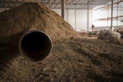 Rohr im Schmutz-Damm auf Baustelle Lizenzfreie Stockfotos