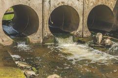 Rohr mit Abwasser, Sturm Stockfotos
