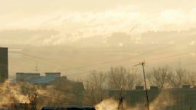Rohr mit einem Rauche bei Sonnenaufgang stock footage