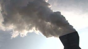 Rohr mit Rauche vom Koksofen stock video