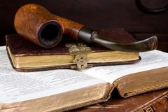 Rohr und Bücher Stockbild