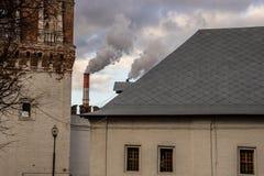 Rohr und Rauch des Wärmekraftwerkes Stockfotografie